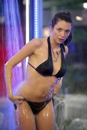 Ilenia-GF12-ancora-una-doccia-sexy-01